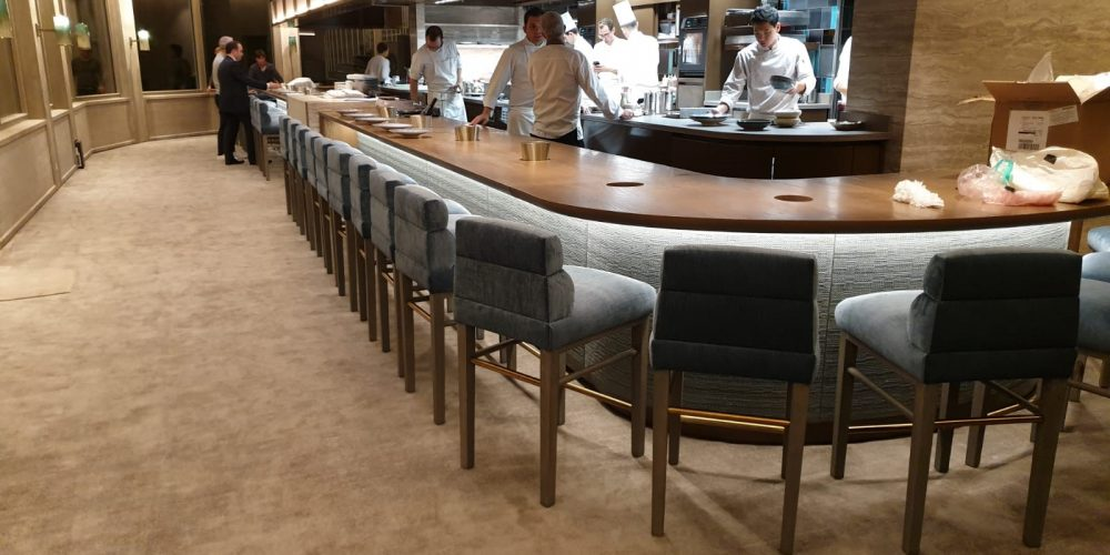 Restaurant yannick alléno paris chaise et tabourets de bar design Henryot & cie chahan Minassian