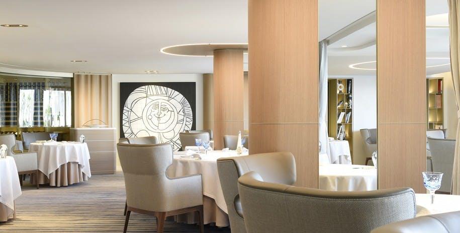 Hotel spa luxe Henryot & cie cheval blanc saint tropez chaises fauteuils et tabourets salle de restaurant